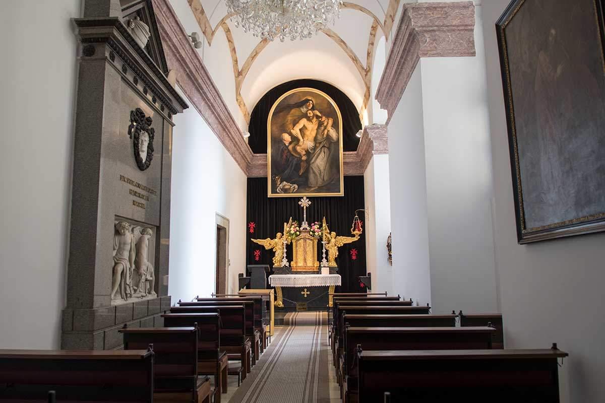 Часовня рыцарского ордена Креста с красной звездой, владеющего многими храмами в Чехии и Карлскирхе в Вене.
