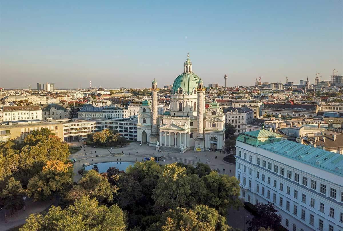 Общий вид венской площади Карлсплац – сквер Ресселя, овальный бассейн и церковь Карлскирхе, выделяющаяся в окружении других зданий.
