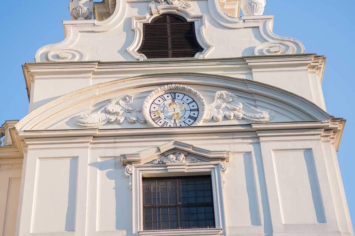 На одной из колоколен, которыми являются боковые башни Карлскирхе, расположен симпатичный часовой циферблат.