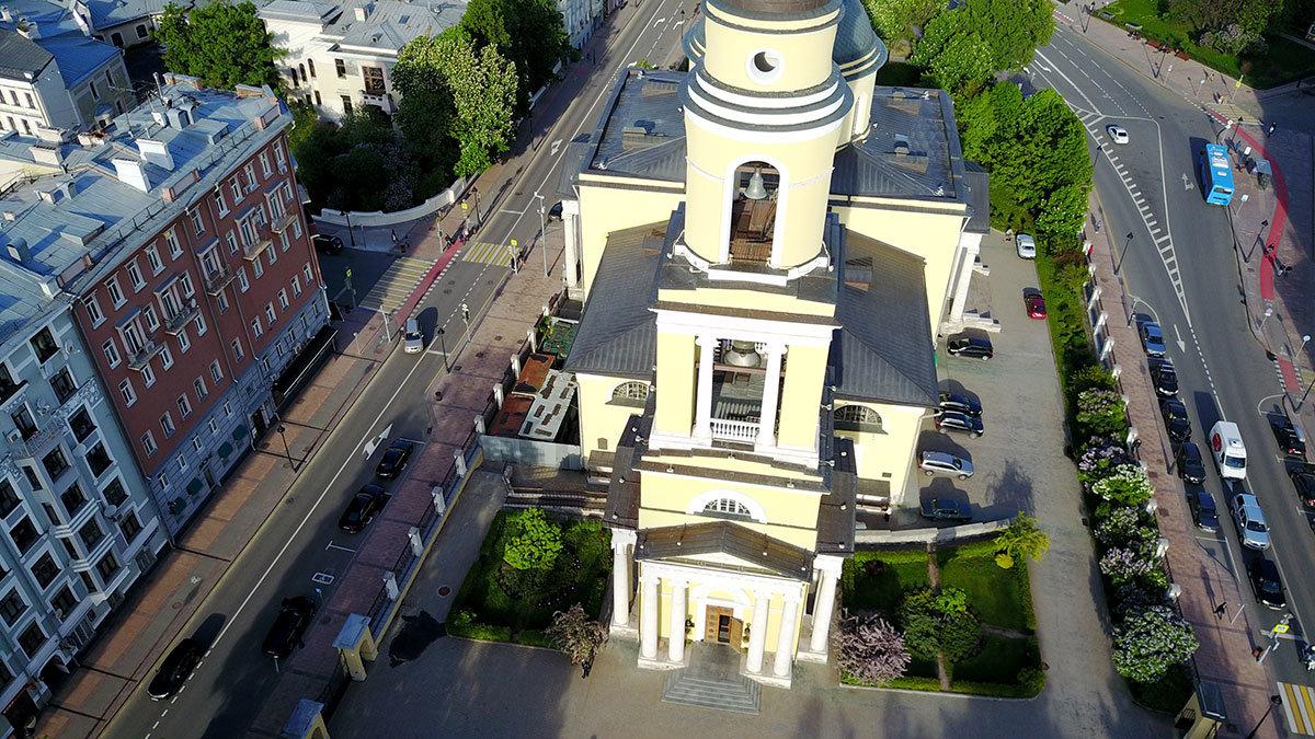 На снимке с запада храм Большого вознесения начинается колокольней высотой более 60 метров из пяти ярусов.