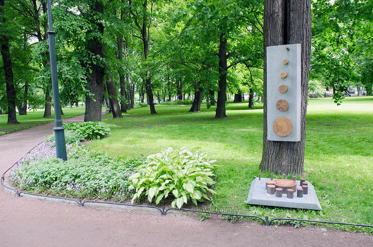 Аллеи Михайловского сада приобрели дополнительные насаждения из растений, имеющих декоративные листья.