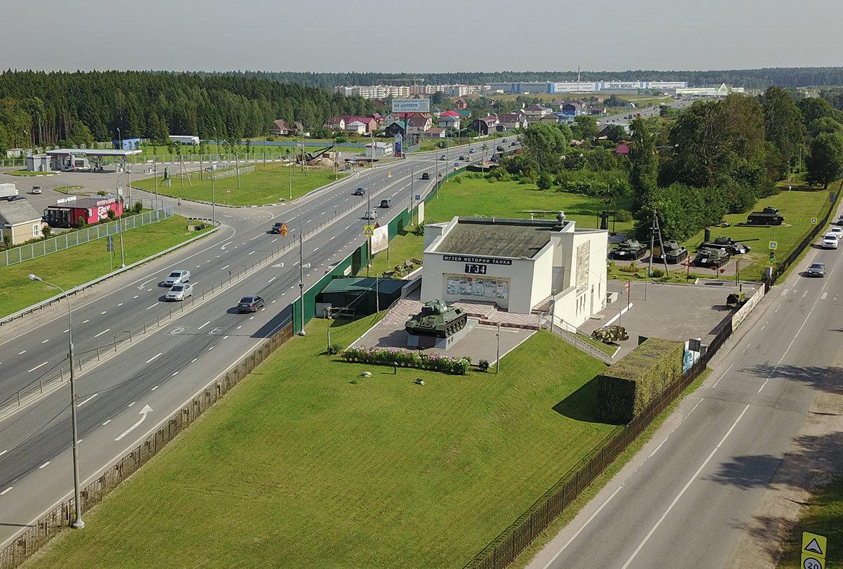 На высотном снимке, выполненном миниатюрным летательным аппаратом, музей танка Т-34 и окружающая территория видны как на ладони.