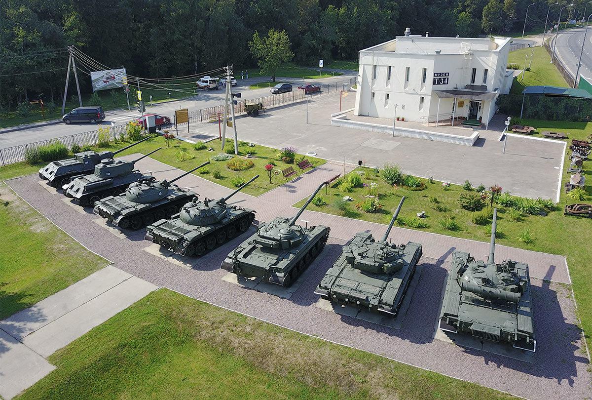Шеренга отечественных бронированных машин, следующих за лучшим танком войны, обрамляет музей танка Т-34.