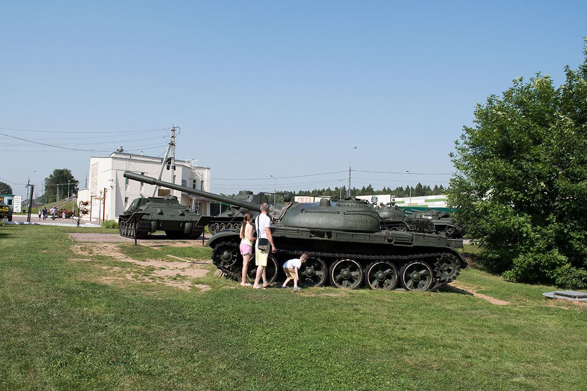Музей танка Т-34 выделил одну боевую машину для подробного осмотра, возле танка для любознательных есть площадка для подъема на броню.