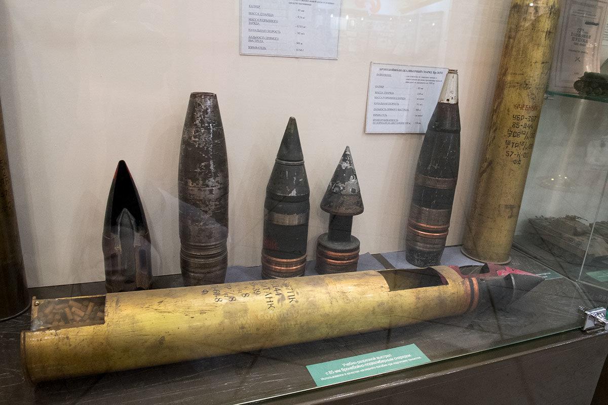 Снаряды для танковых выстрелов различного поражающего действия, гильзы и выстрел в сборе музей танка Т-34 демонстрирует подлинные.