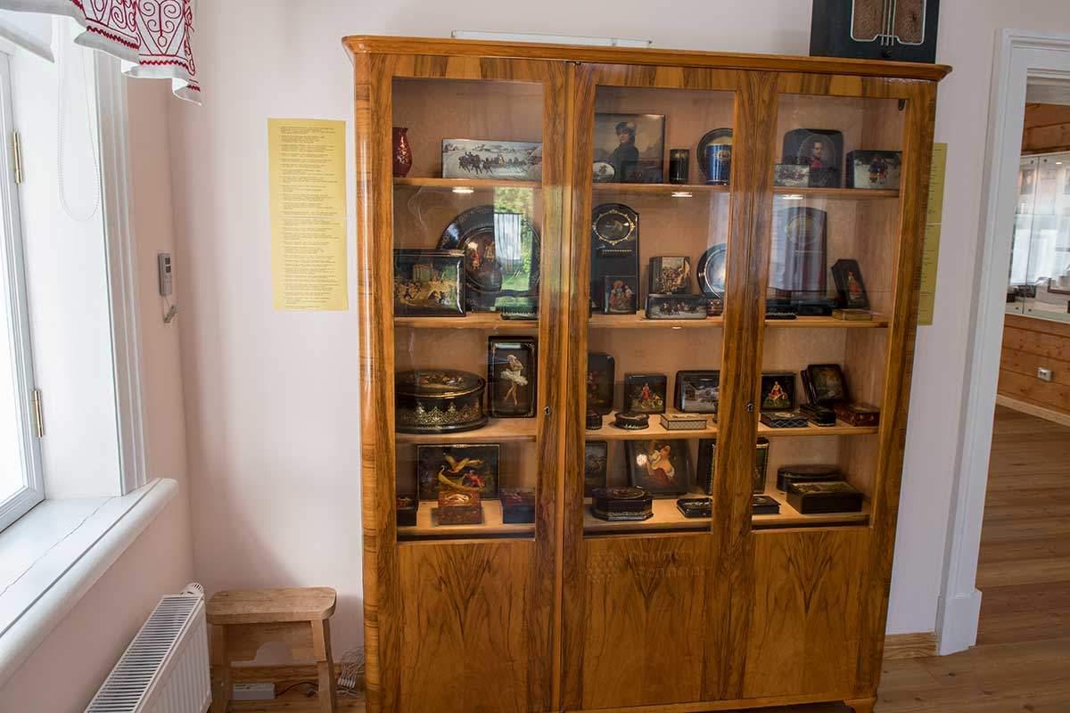 Образцы созданных в Федоскино изделий выставлены в шкафу музея народных художественных промыслов.