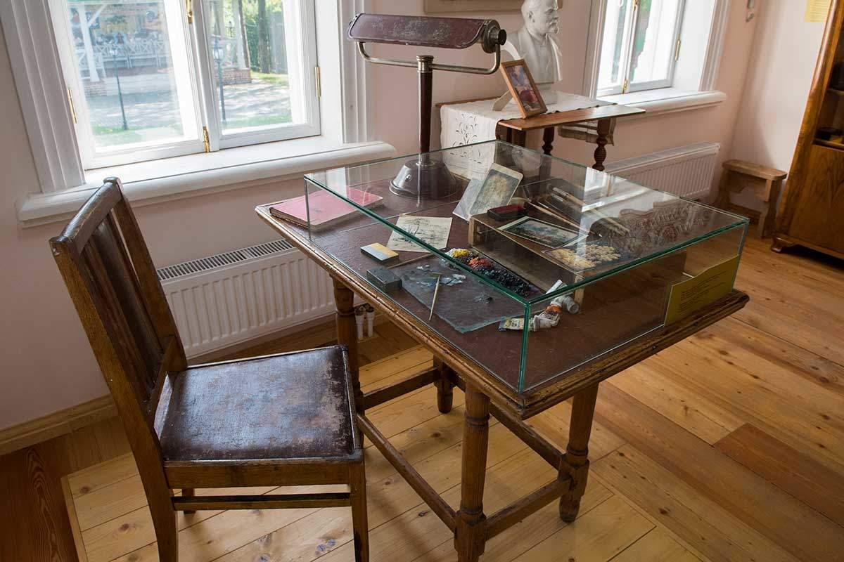 В неприкосновенности сохраняются в музее народных художественных промыслов кисти и краски народного художника Страхова.