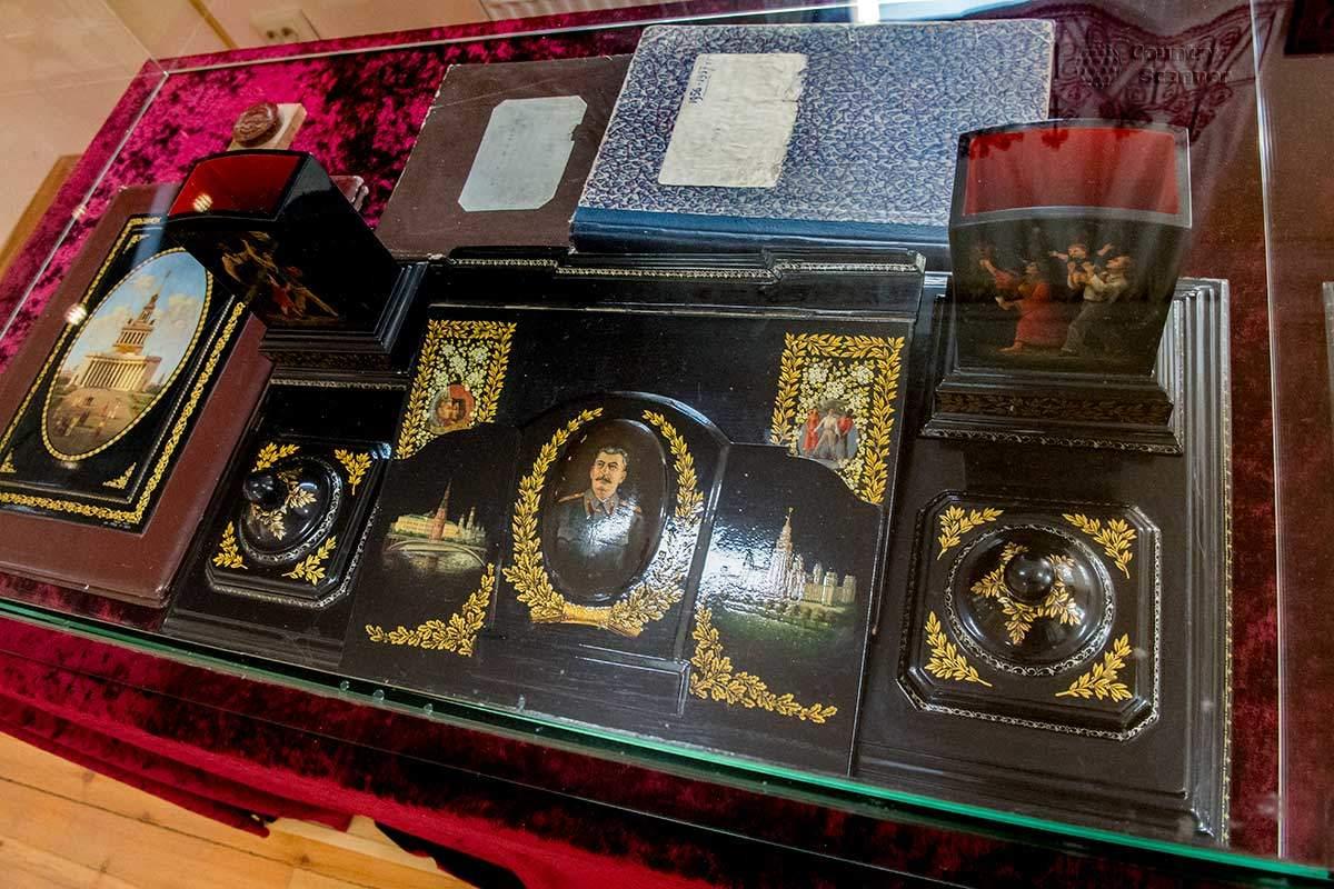 Музей народных художественных промыслов хранит памятный письменный прибор, выполненный к 75-летию Сталина.
