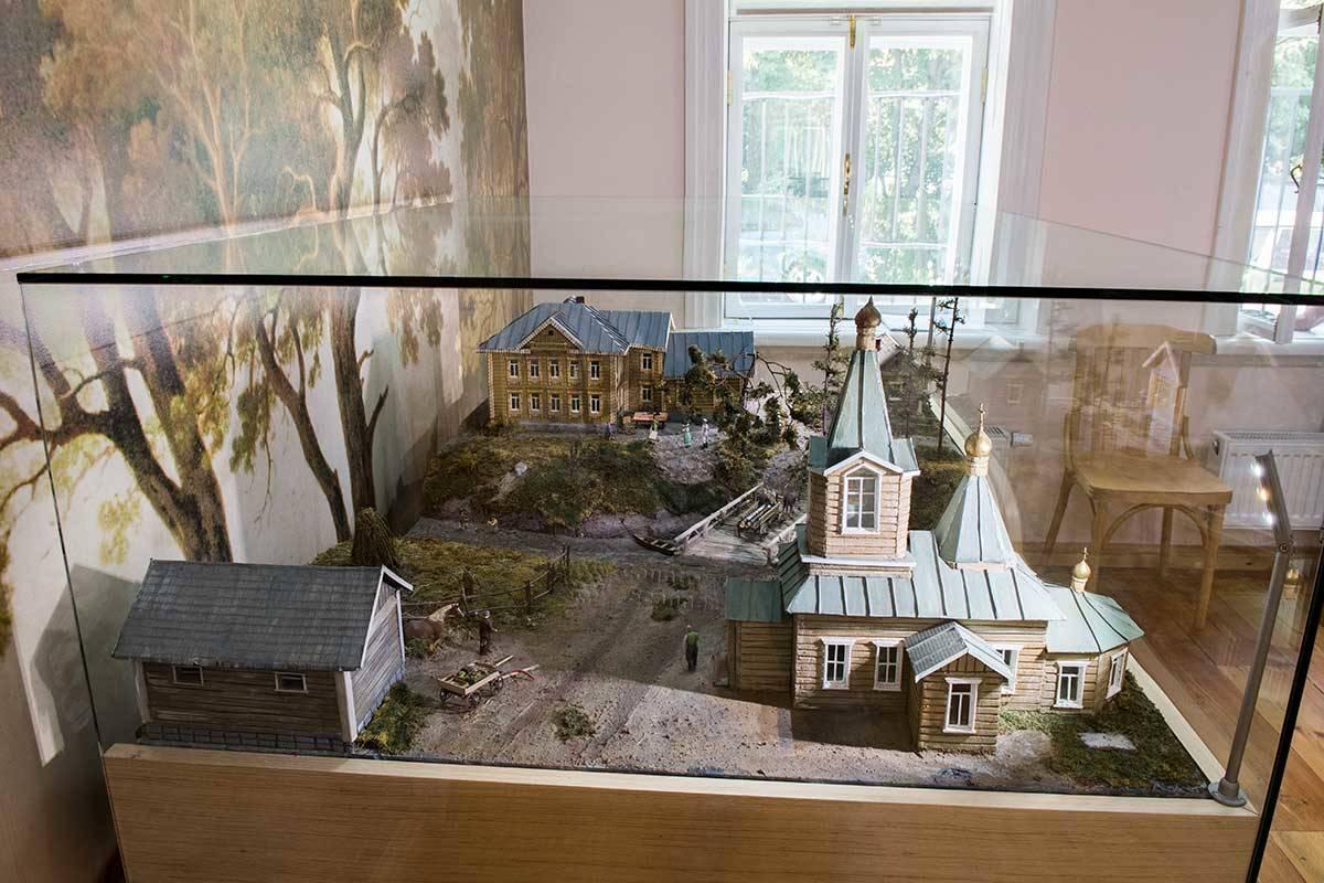На фоне церкви Николая Чудотворца в Федоскино на макете Можаева можно видеть и дом Лукутина в Данилкино, где находится музей народных художественных промыслов.