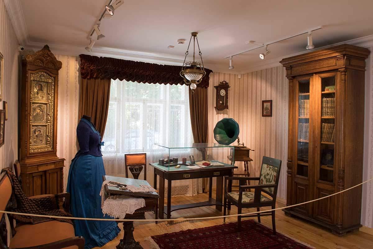 Музей народных художественных промыслов сохраняет кабинет последнего частника, владевшего фабрикой федоскинской миниатюры.
