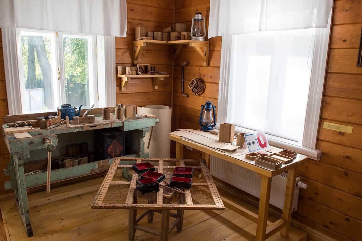 Рабочее место мастера заготовительного участка пр производству лаковых шкатулок сохранено в музее народных художественных промыслов.