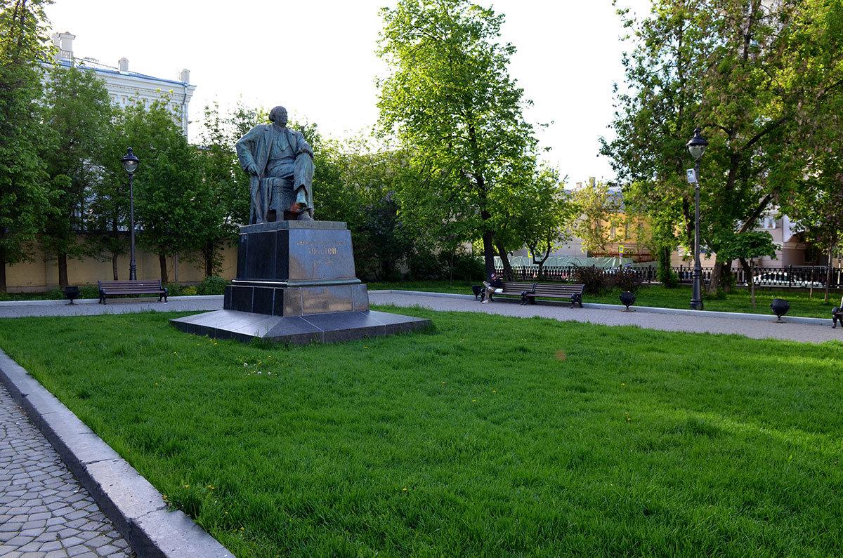В сквере напротив храма Большое вознесение поставили в 1957 году памятник А. Н. Толстому, знаменитому писателю.