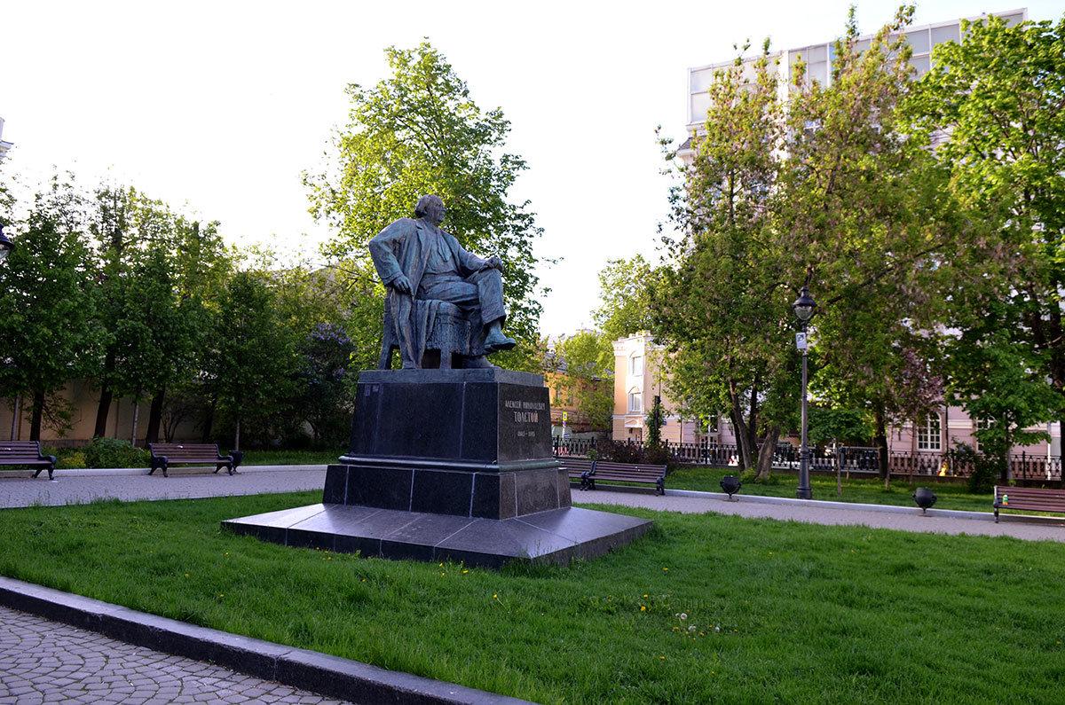 памятник А .Н. Толстому расположен поблизости от дома, в котором писатель проживал последние годы жизни.