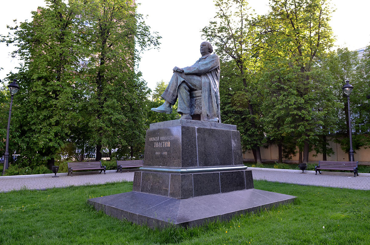 памятник А. Н. Толстому, вопреки некоторым описаниям, не содержит кресла, в котором якобы развалился писатель.