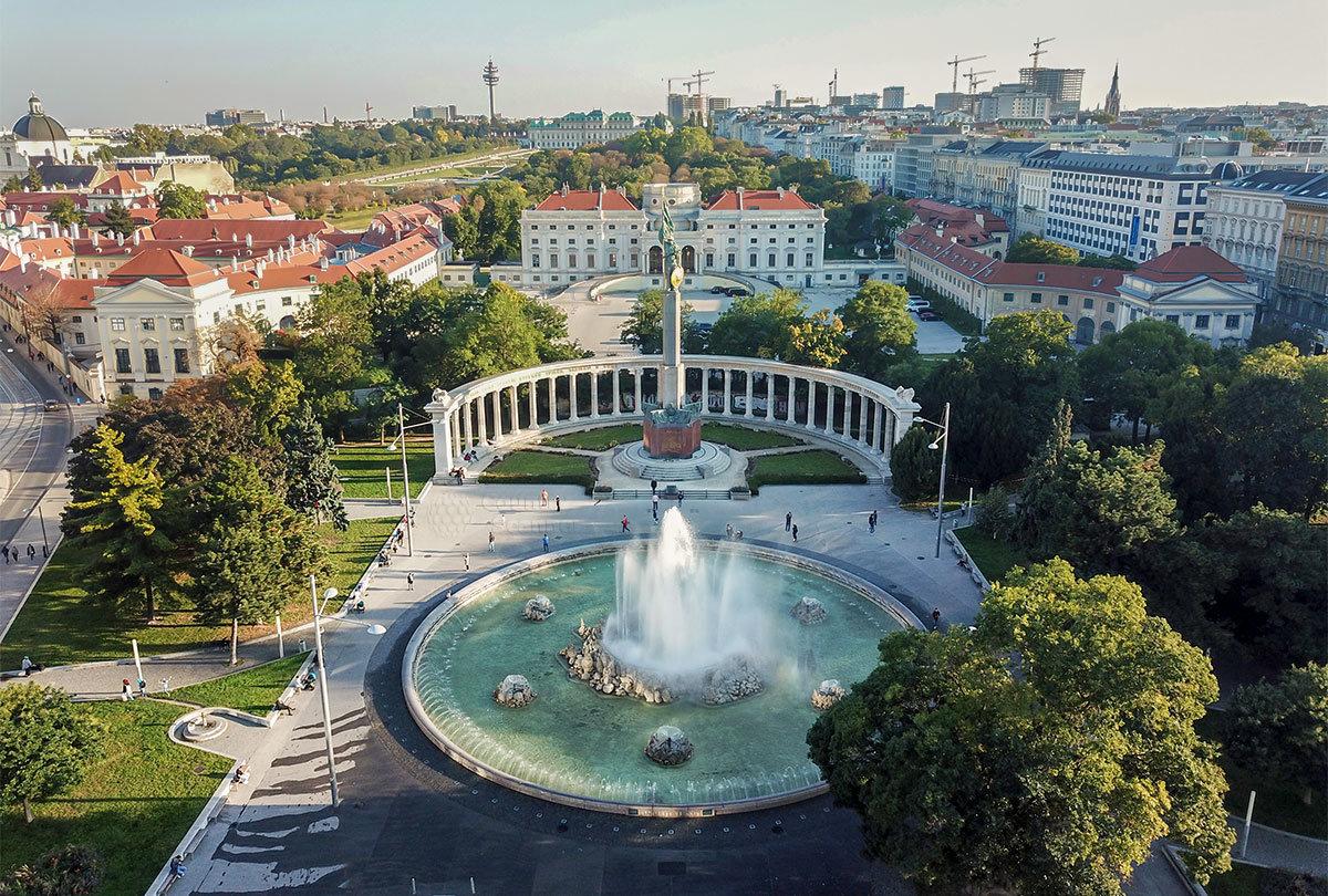 Среди исторических сооружений Шварценбергплац памятник советским воинам в Вене смотрится вполне естественно и органично.