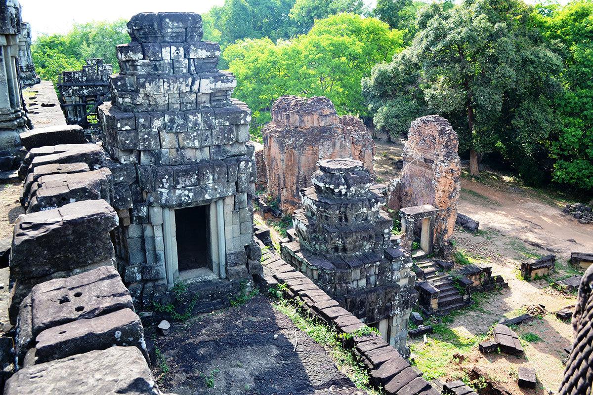 Восточная сторона храма и руины библиотеки