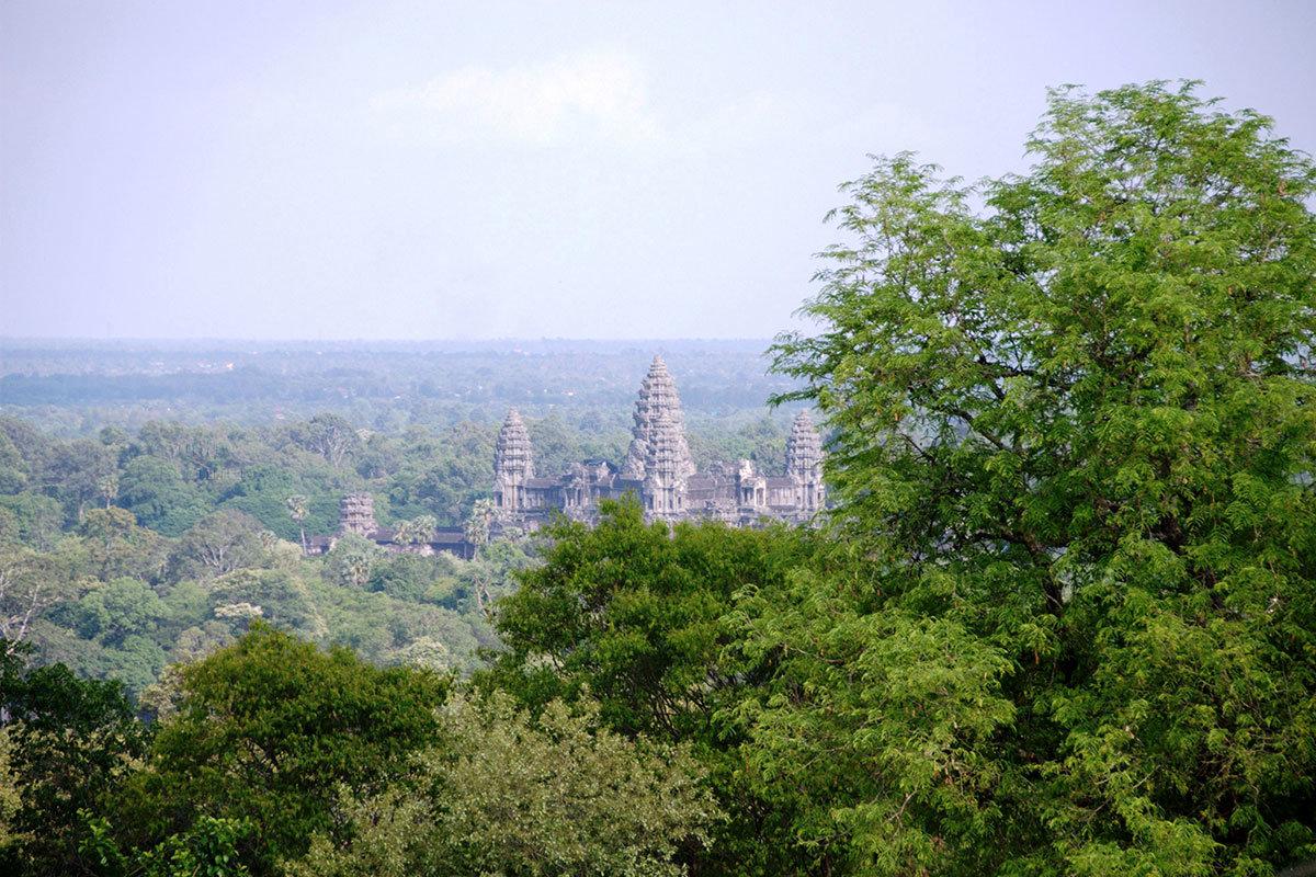 Вид на Ангкор-Ват с холма Пном Бакхенг