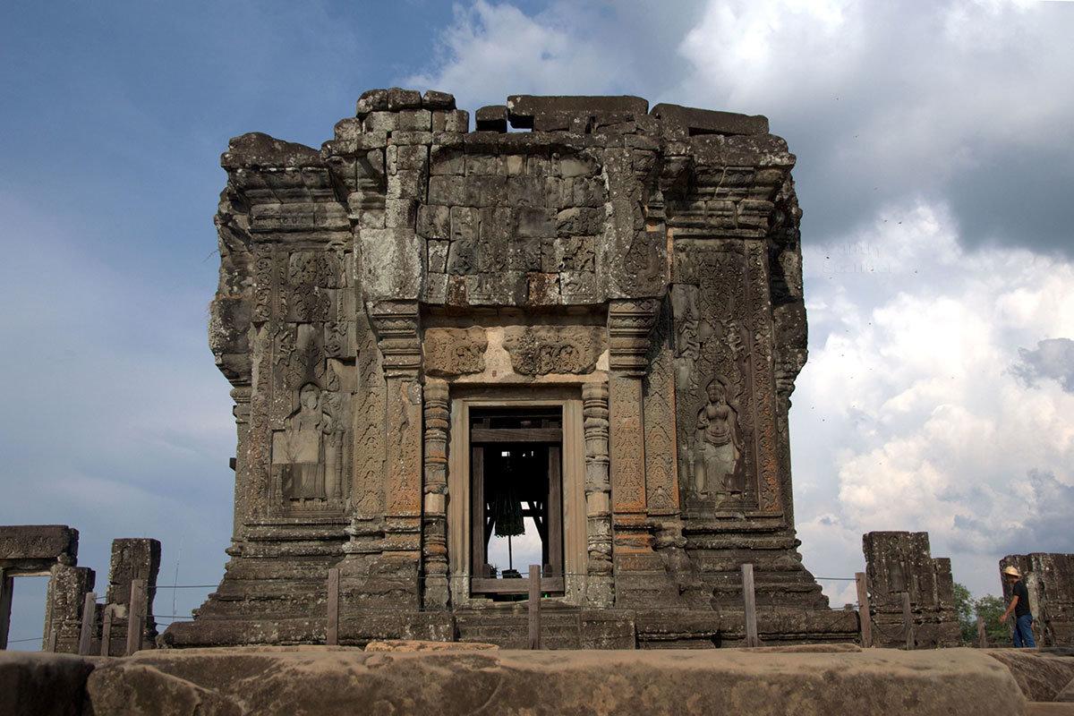 Прасат на верхнем ярусе храма