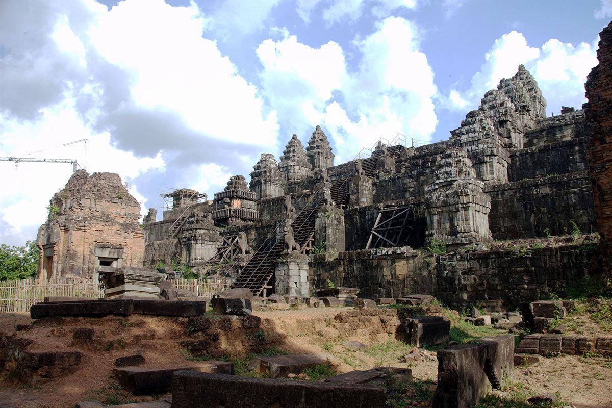 У основания храма