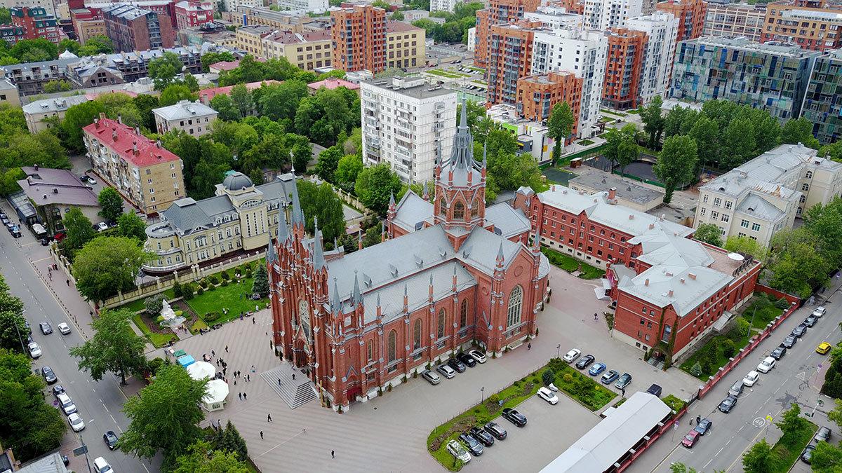 На высотном снимке Римско-католический собор непорочного зачатия Пресвятой Девы Марии и здание Курии хорошо просматриваются.