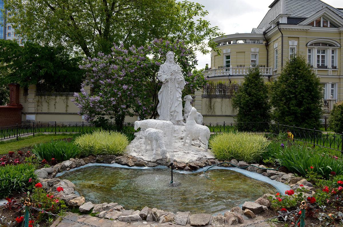 Римско-католический собор непорочного зачатия Пресвятой Девы Марии имеет на своей территории несколько скульптур, в том числе Иисус – добрый пастырь.