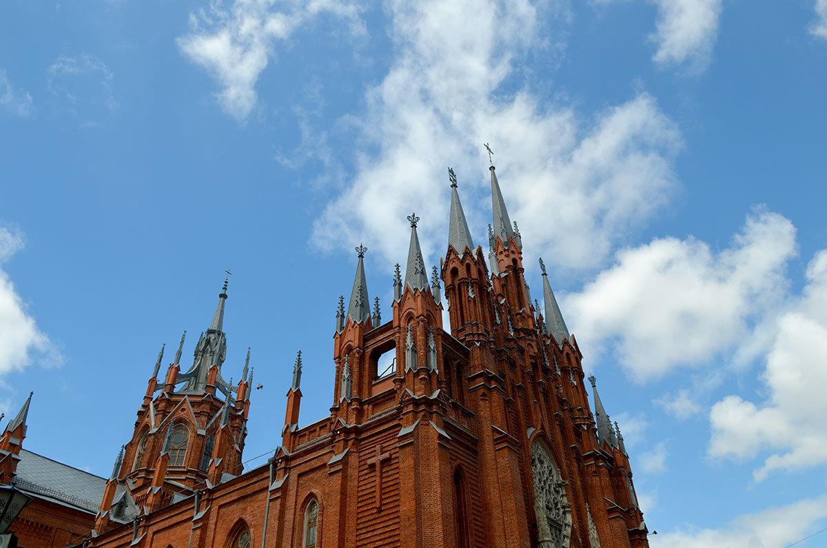 Римско-католический собор непорочного зачатия Пресвятой Девы Марии построен в архитектурном стиле неоготики.
