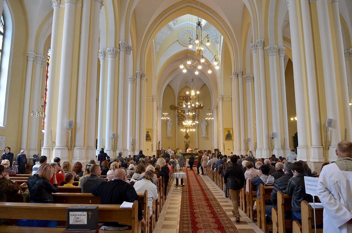 Общий вид центрального нефа Римско-католического собора непорочного зачатия Пресвятой Девы Марии.