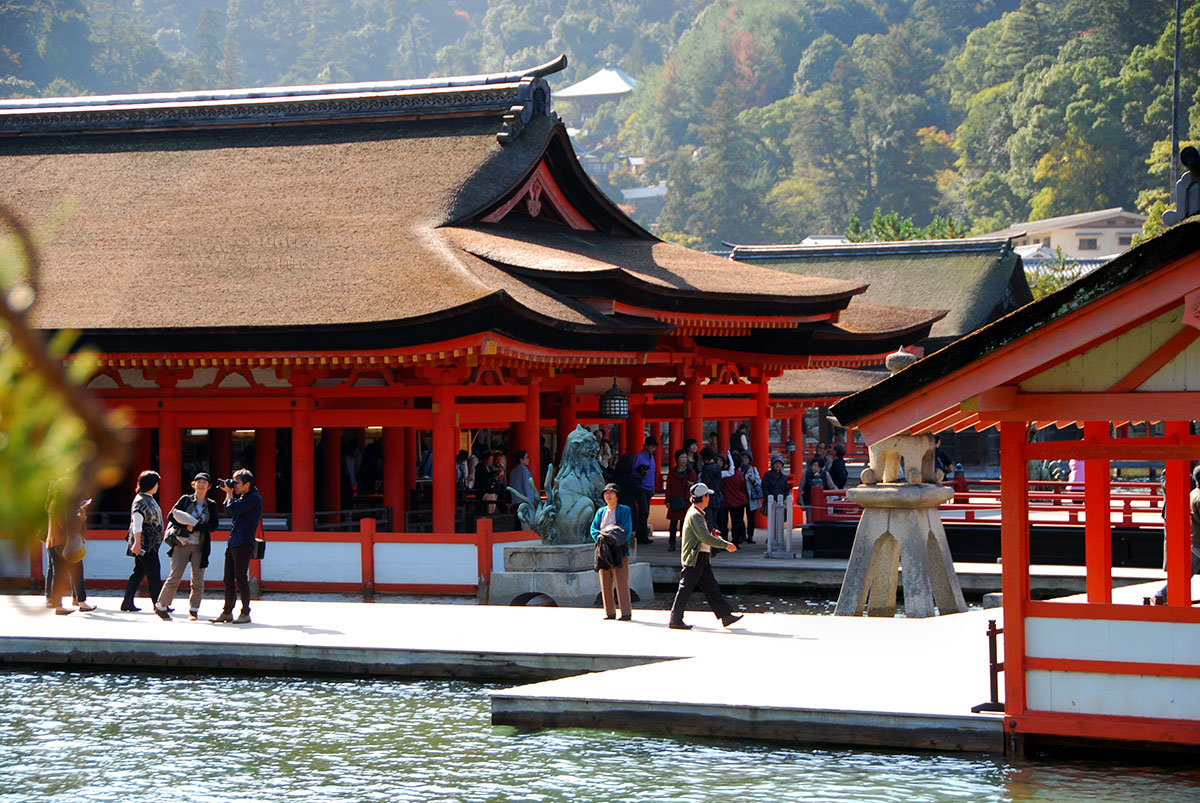 Святилище Ицукусима. Деревянные «мостовые» Ицукусимы