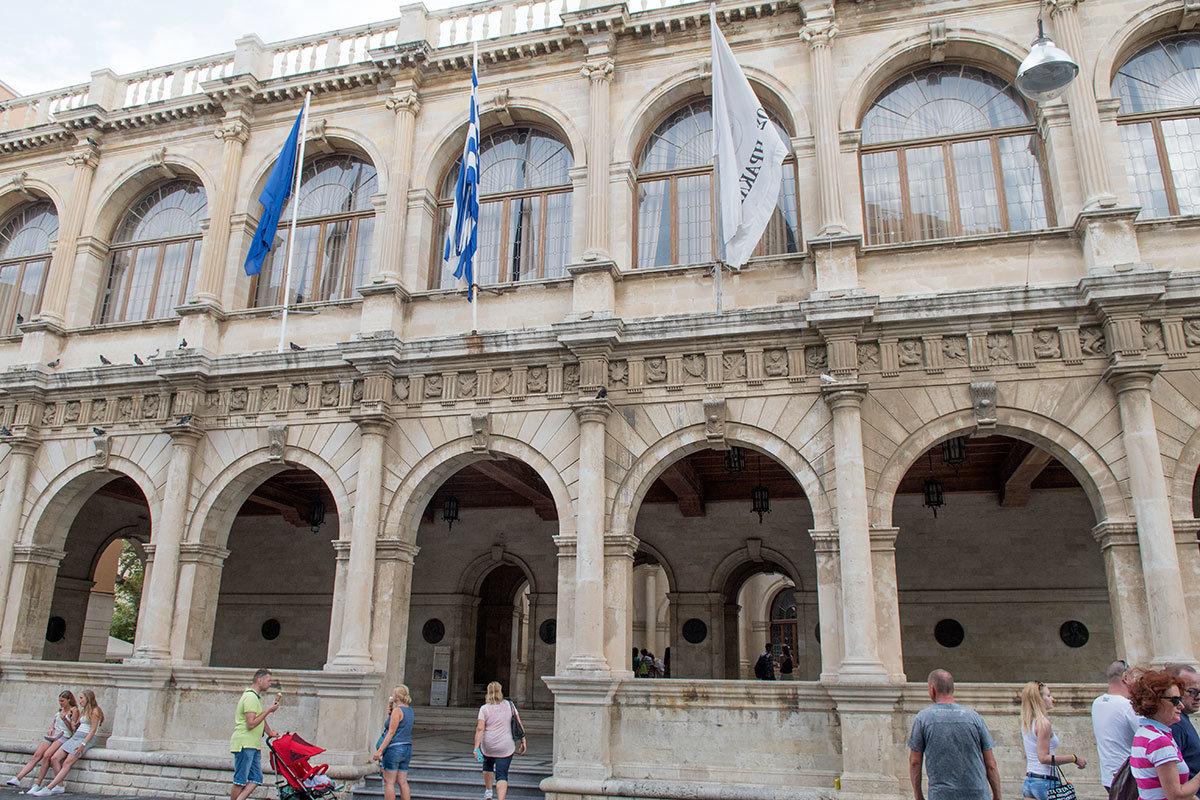 Венецианская Лоджия в Ираклионе органично сочетает дорический и ионический архитектурные стили.