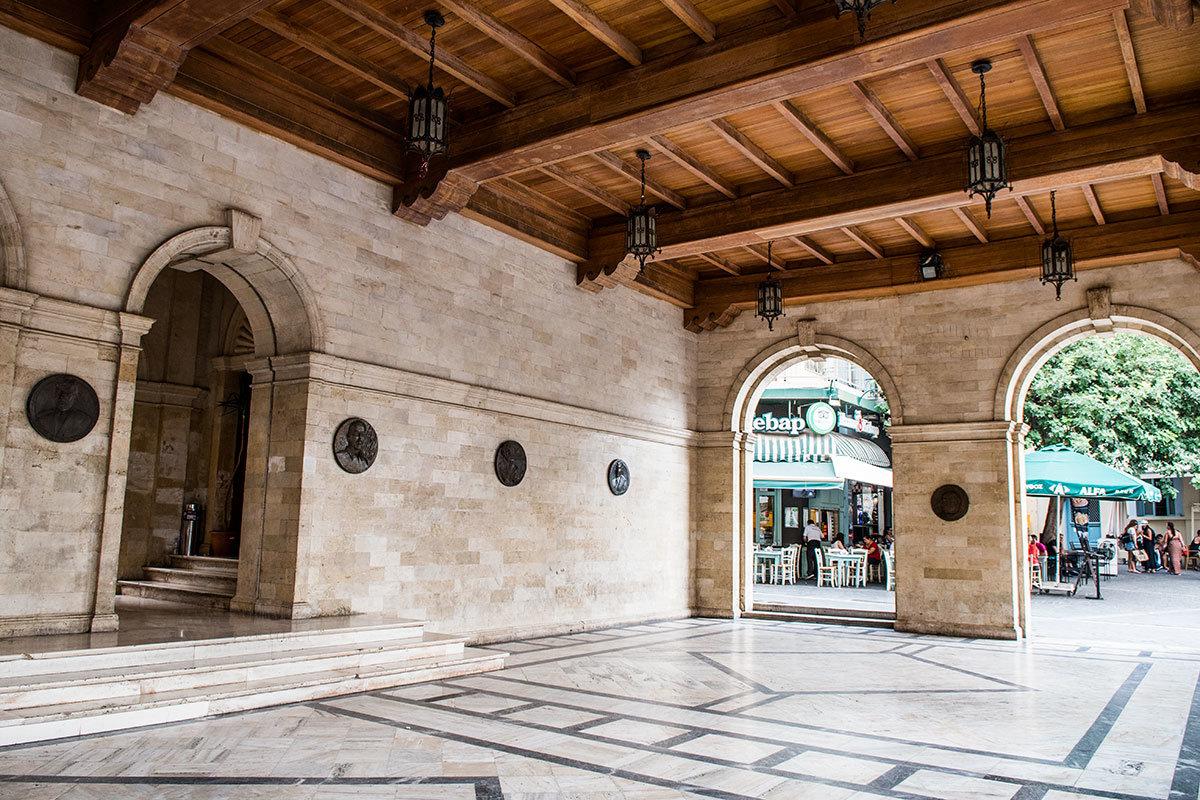 Внутри венецианская Лоджия содержит барельефы самых известных уроженцев острова Крит и его столицы Ираклиона.