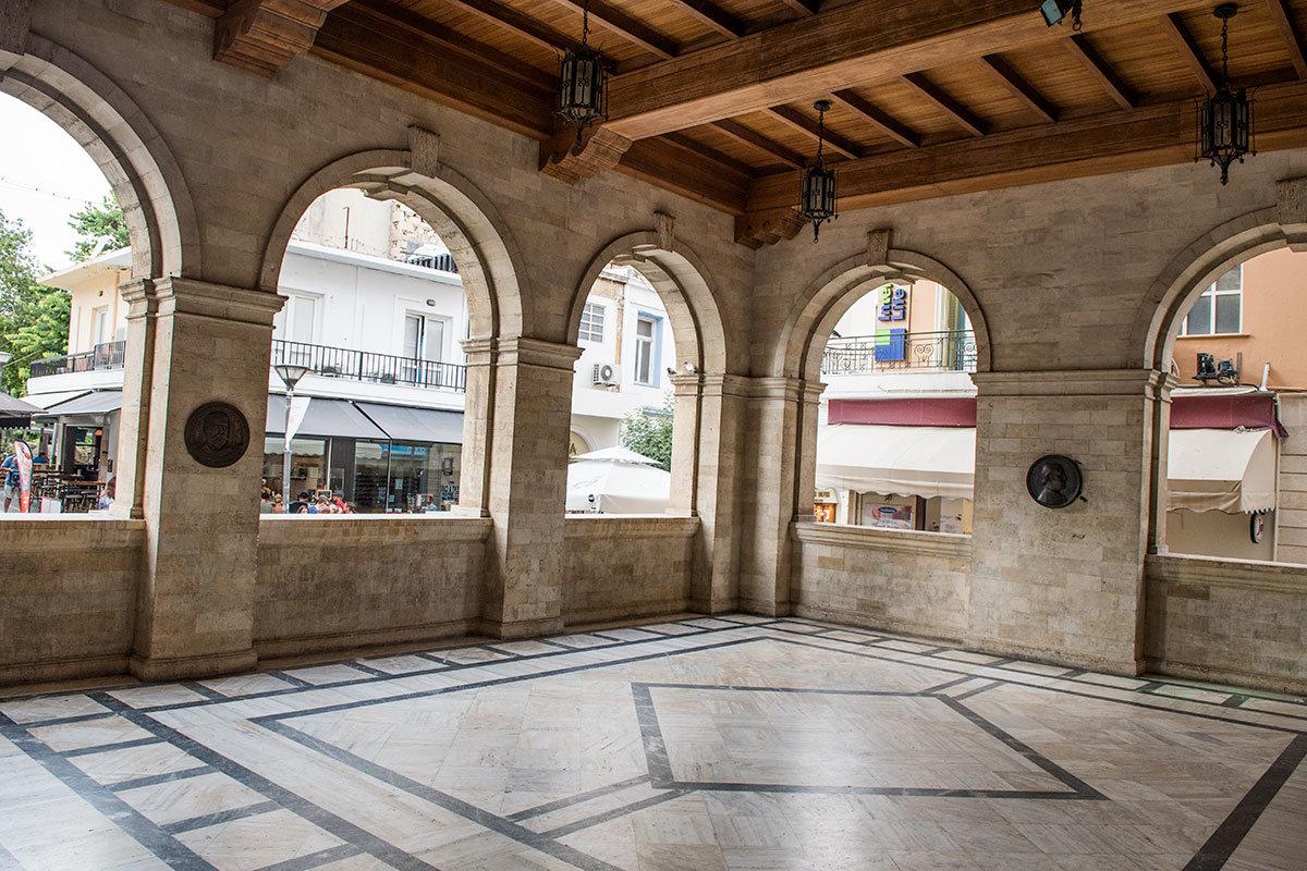 Атриум первого этажа венецианской Лоджии отличают каменные полы с орнаментом. Мощный деревянный потолок и мраморные арки проемов.