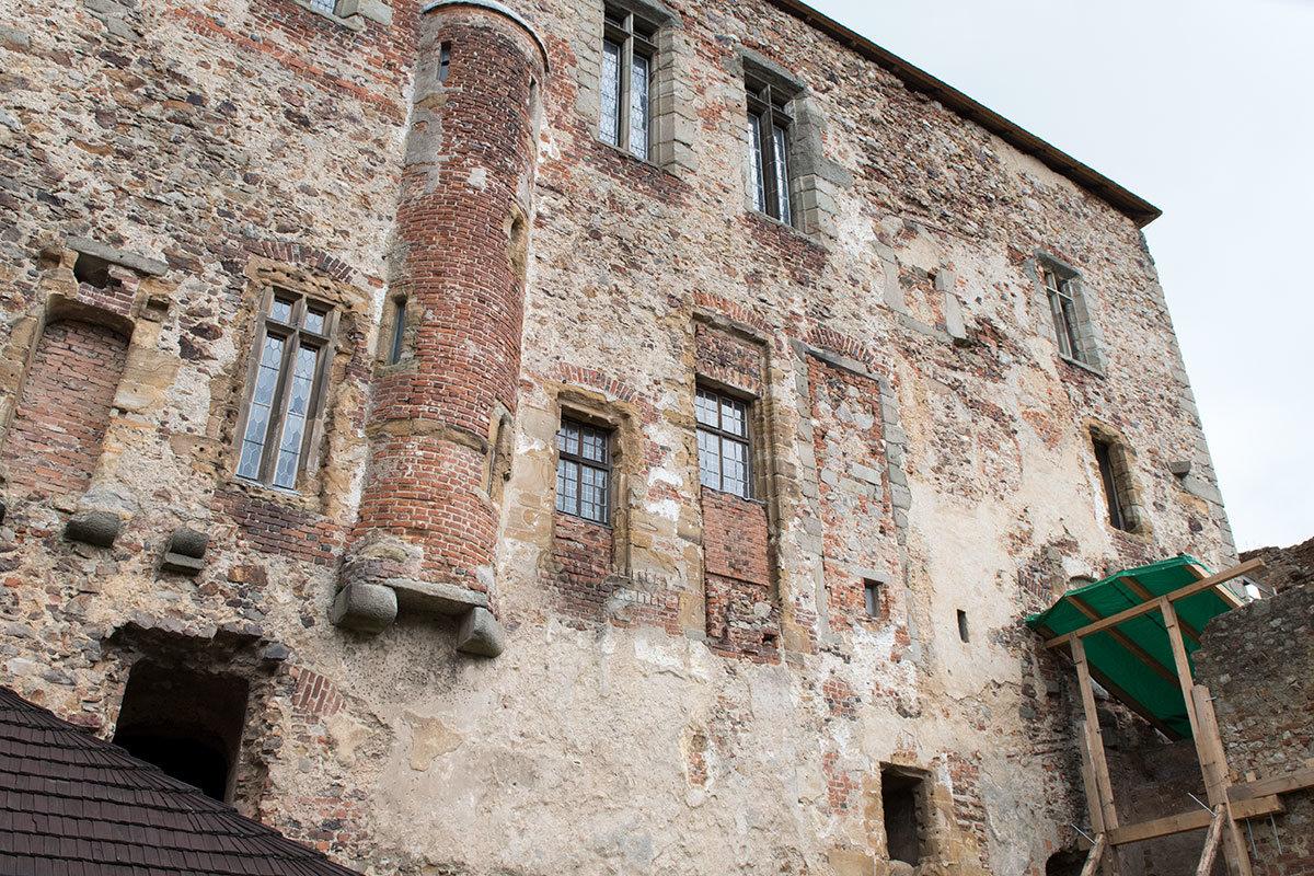 Внутренний фасад Королевского дворца в замке Точник в основном сохранил древнюю кладку стен.