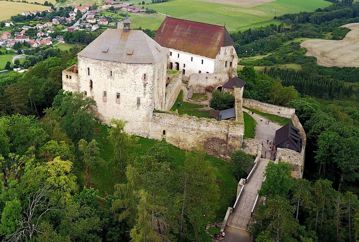 Высотный снимок управляемого с земли летательного аппарата показывает замок Точник и его окрестности.