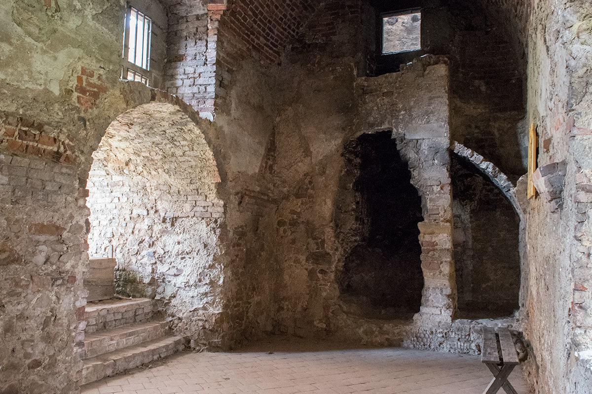 Кухонный очаг с примитивной вытяжкой – приметный экспонат, украшающий замок Точник.