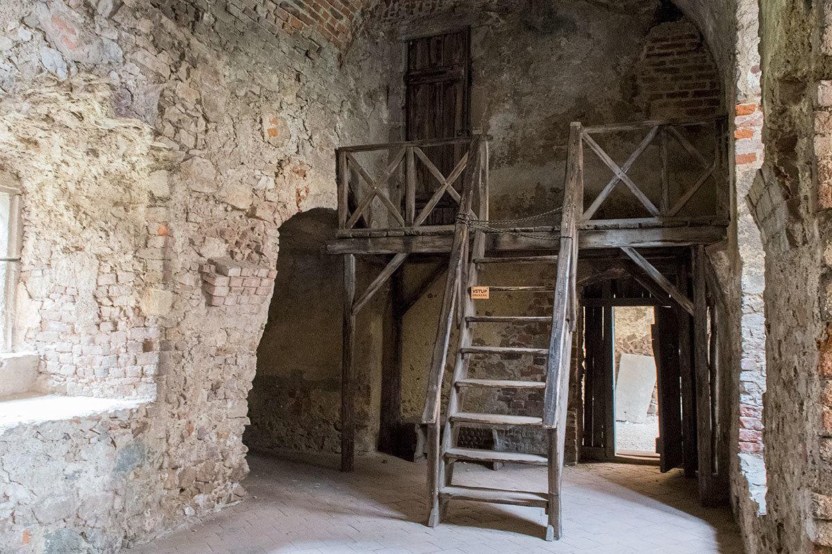 Замок Точник заботится о здоровье своих посетителей, запрещая проход по ненадежным конструкциям.