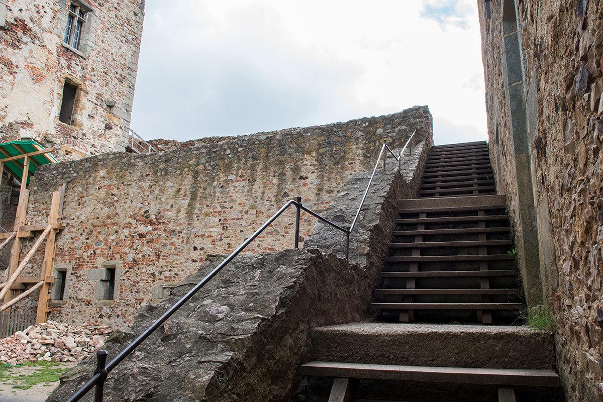 Лестница на террасу, с которой замок Точник можно рассмотреть во всех подробностях.