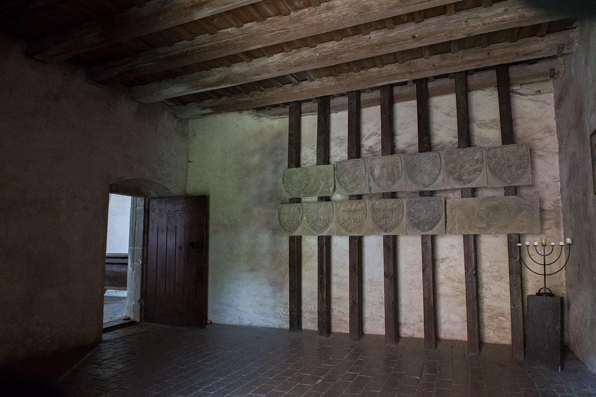Зал на втором этаже Королевского дворца замка Точник демонстрирует государственные гербы всех стран Священной Римской империи.