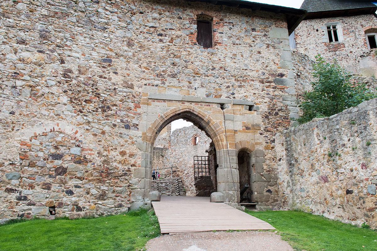 Входную арку между двумя внутренними дворами на пути в замок Точник охраняет небольшое орудие в амбразуре.