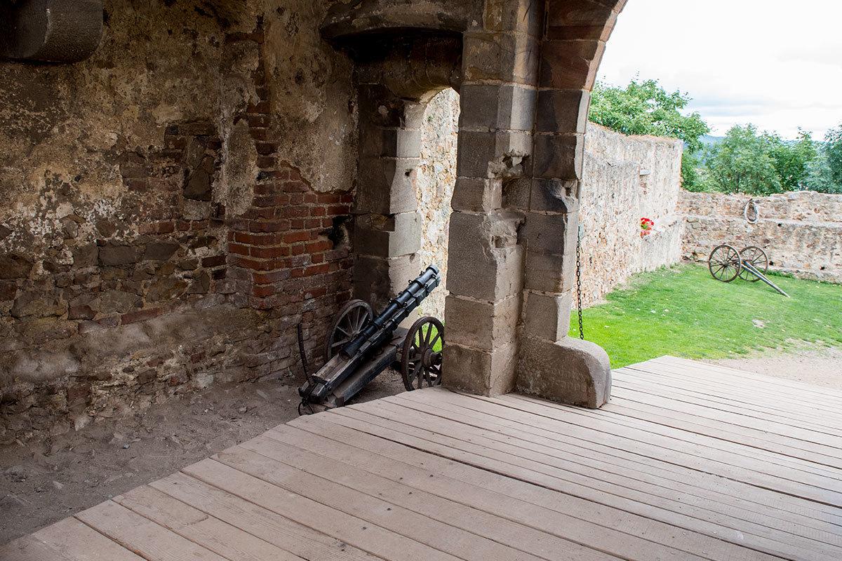Маленькая пушка не обороняла замок Точник, а салютовала самым высокопоставленным его посетителям.