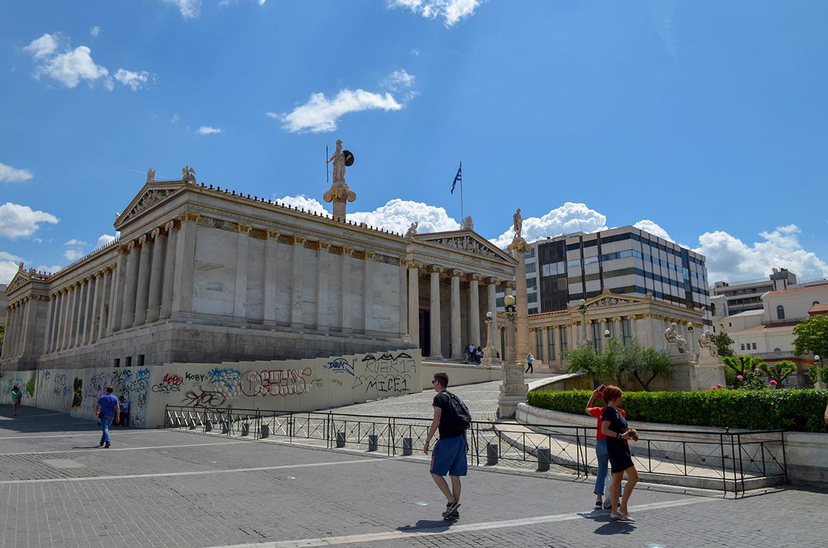 Несмотря на экономические затруднения, Афинская академия обеспечена финансами для ведения реставрационных работ.