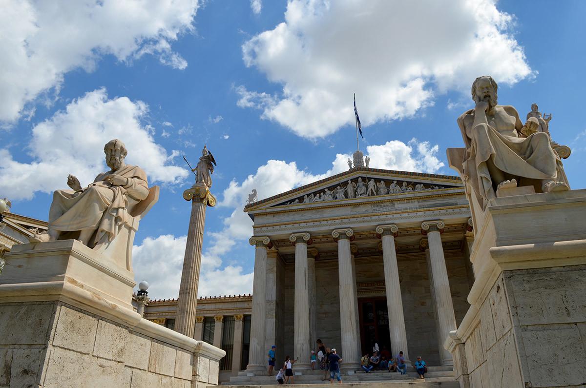 К зданию, где размещена афинская академия, ведет лестница со скульптурами Платона и Сократа на верхних парапетах.