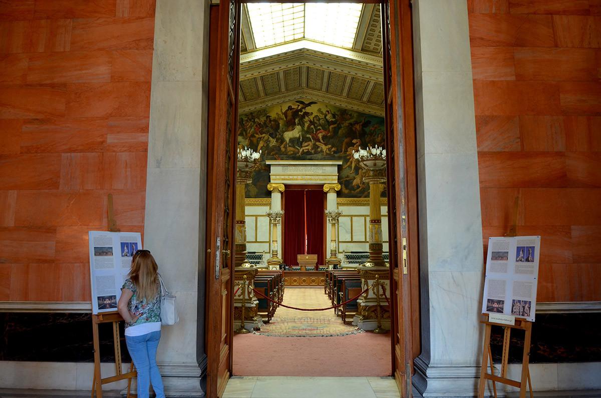 Планшеты, на которых описана Афинская академия, предоставляют информацию для туристов, попавших сюда во время официальных мероприятий.