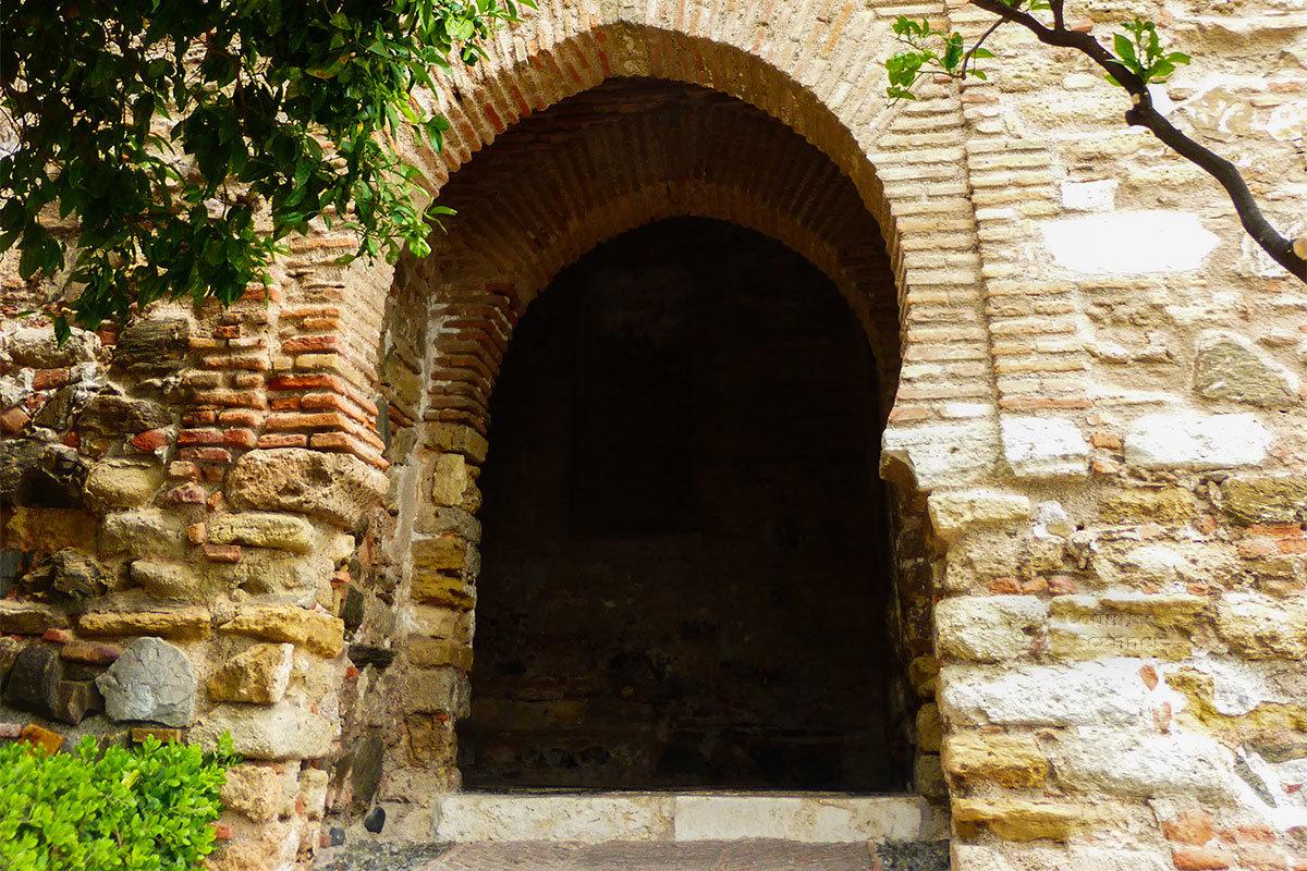 Арочные проемы мавританского типа, повторяющие форму подковы, неоднократно встречаются при проходе к сооружениям крепости Алькасаба.
