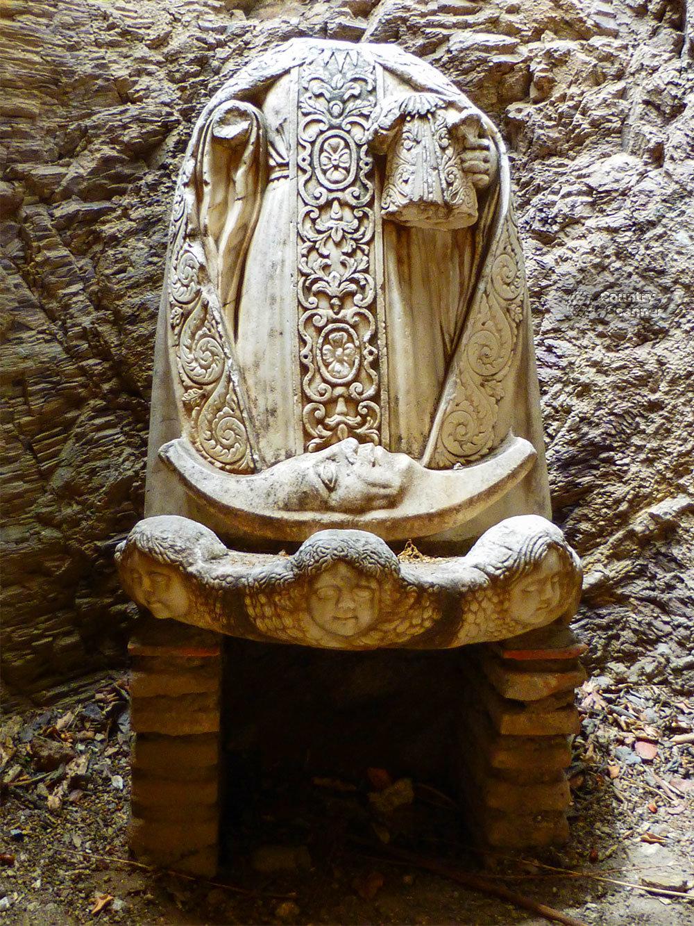 Крепость Алькасаба украшалась арабами скульптурами, изъятыми из другой, еще более древней достопримечательности римской эпохи.