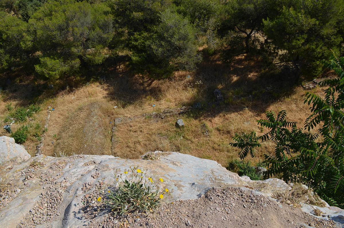 Под обрывом скалы, где расположен Ареопаг, раскинулись укрытые растительностью развалины греческой Агоры, древнего афинского рынка.