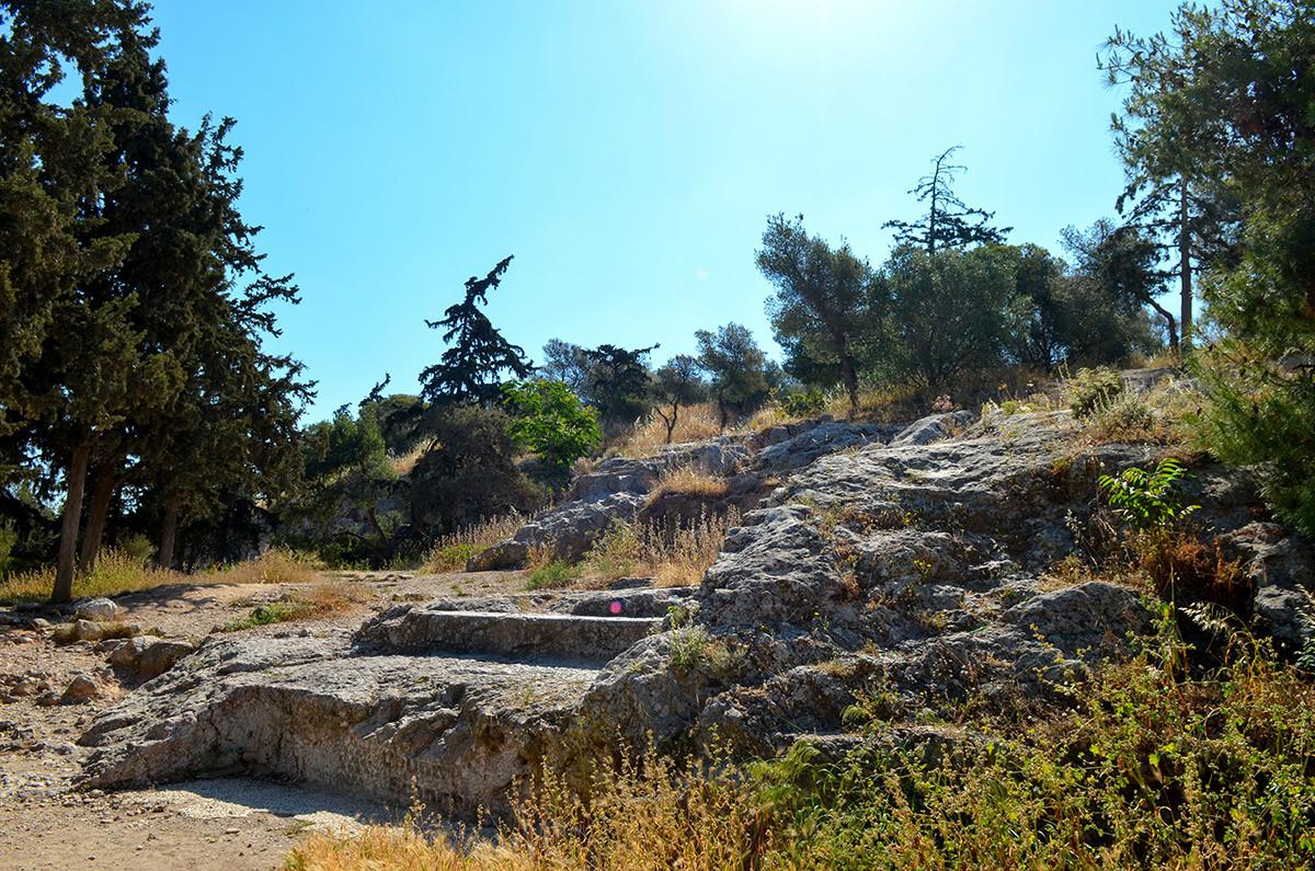 Каменная лестница на Ареопаг, вырубленная в скале, называется в народе ступенями апостола Павла, который на суде произнес блестящую проповедь христианства.