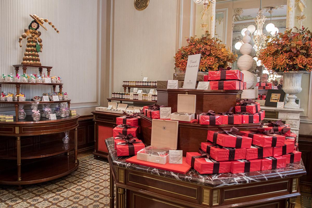 Кафе Демель имеет и собственное кондитерское производство, и сеть залов для посетителей, и магазин вкусной и ароматной продукции.