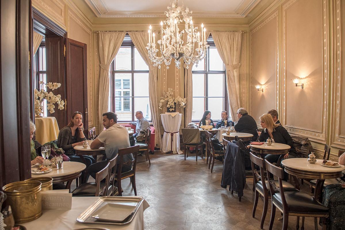 На втором этаже здания кафе Демель на венской улице Колмаркт расположен главный зал для посетителей этого известного заведения.