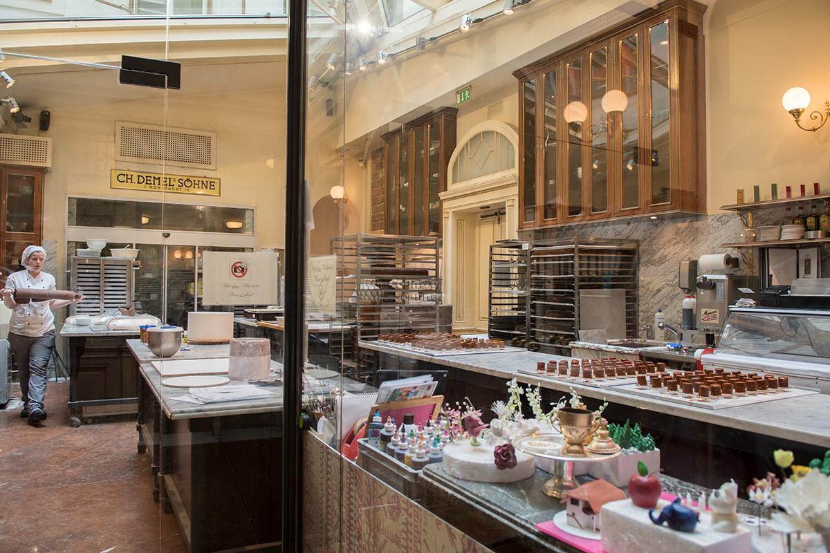 Кухонное помещение за стеклянной перегододков в кафе Демель