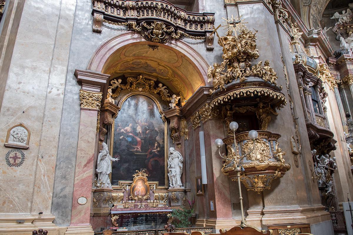 Епископскую кафедру работы Штейнля, украшающую церковь Святого Петра, считают лучшим образцом австрийского барокко.